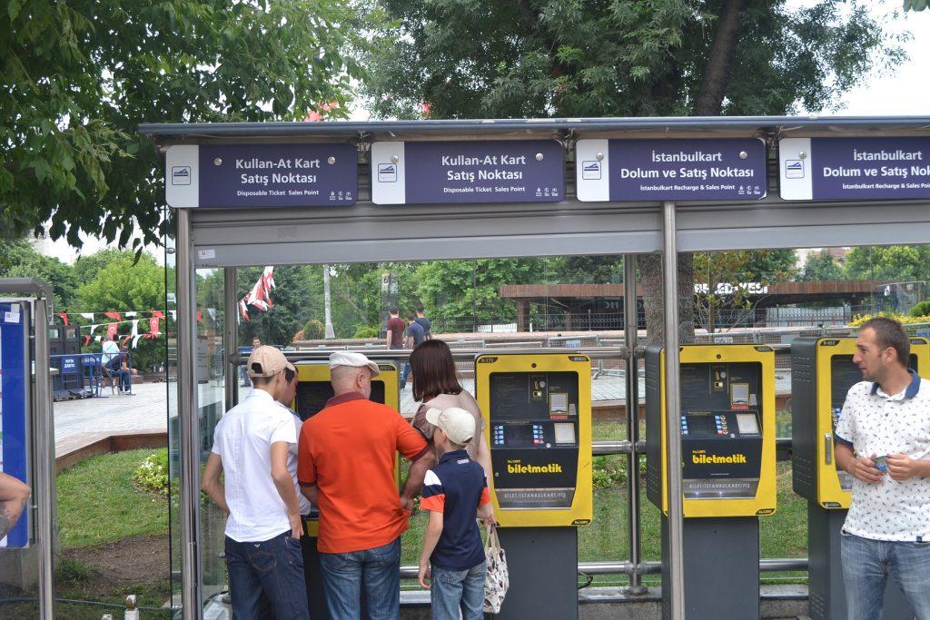 Isi ulang Istanbul Kart di mesin dekat stasiun